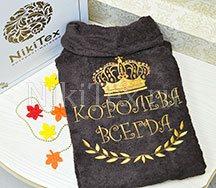 Благородный оттенок золота шикарно дополняет насыщенный шоколадный оттенок махрового халата