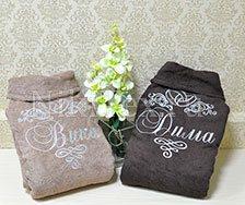Сочетание орехового и шоколадно прекрасно гармонирует. Махровые халаты с именами для жениха и невесты