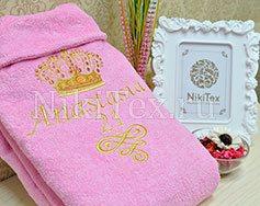 Нежно-розовый махровый халат с золотистой вышивкой.