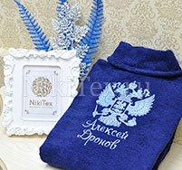 Герб РФ вышит на темно-синем махровом халате голубым цветом ниток.